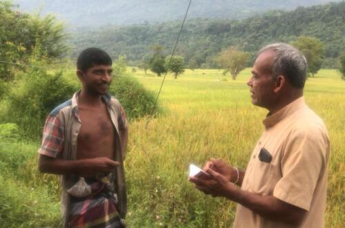 Asoka Harischandra interviews a farmer at Udattawa