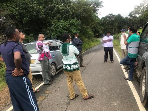 Meeting of the researchers and field activists at the roadside in Udattawa